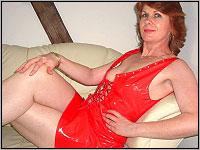 Camsex Show mit reifer Dame ganz in rot